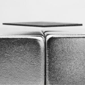 Leviterende grafittplate i en treboks, furu
