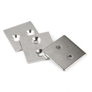 Metallplate 40 x 40 x 3 mm med to forsenkede skruehull